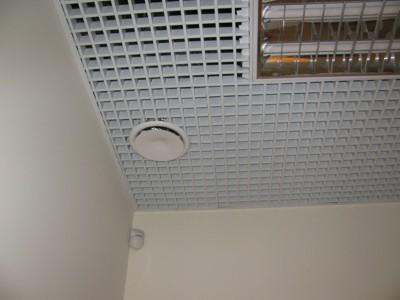 монтаж анемостатата системы вентиляции в магазине, г Киев