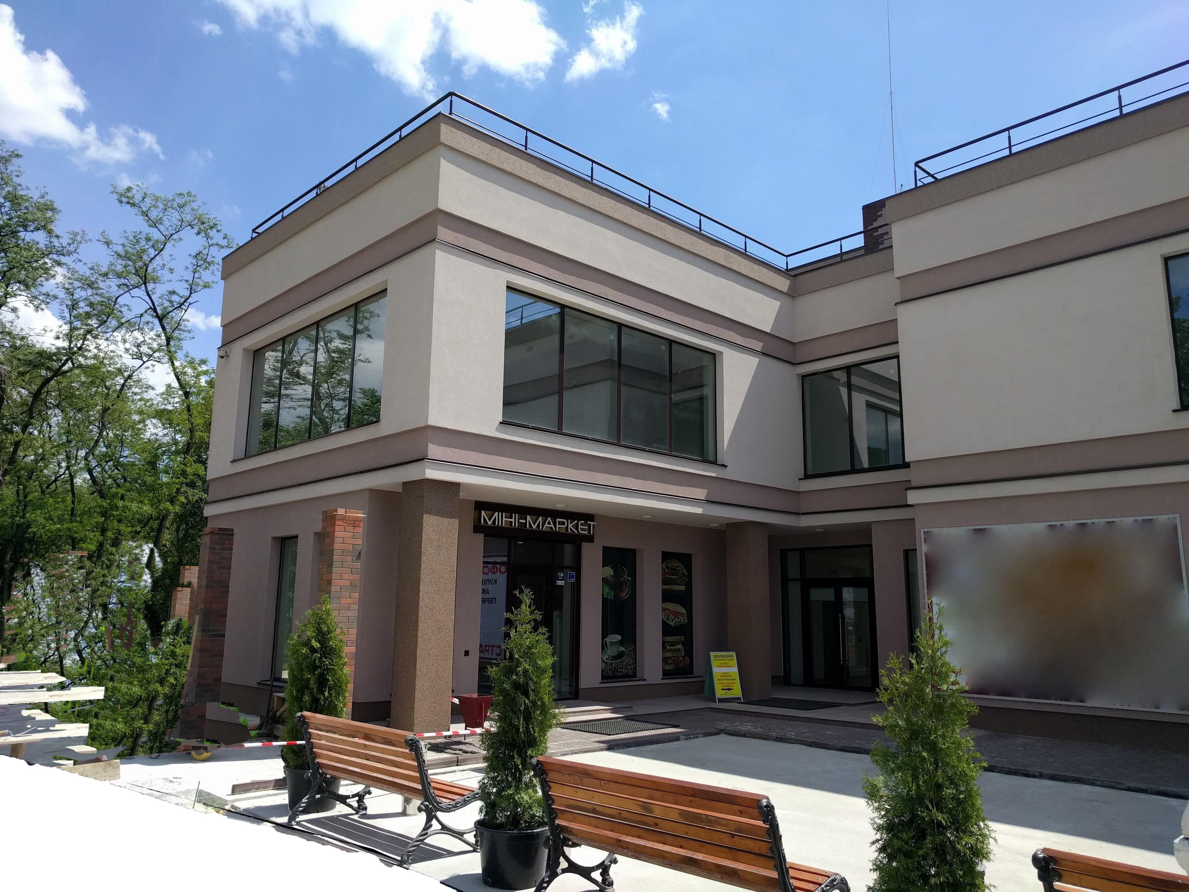 Фасад здания, монтаж системы вентиляции и кондиционирования офисного здания в Броварах